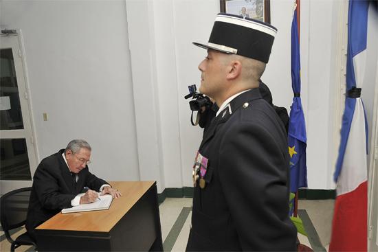 Raúl Castro Ruz, firma libro de condolencias