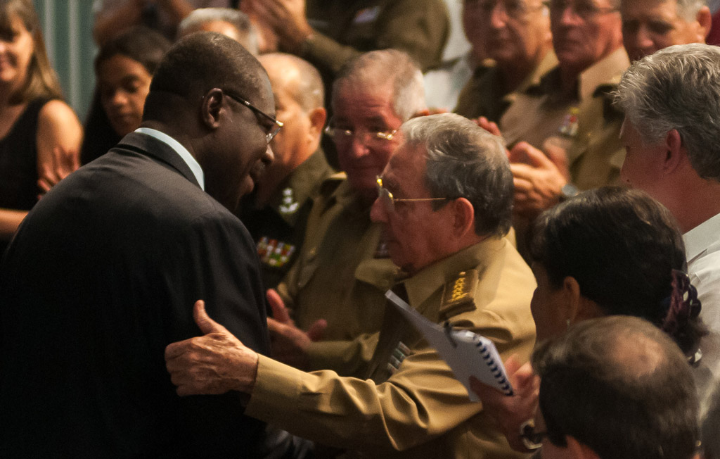 Preside Raúl Castro acto por aniversario de independencia angolana