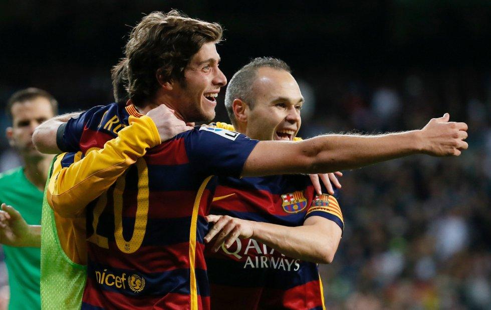 centrocampista del Barcelona Andrés Iniesta (d) celebra con su compañero Sergi Roberto el tercer gol de su equipo ante el Real Madrid