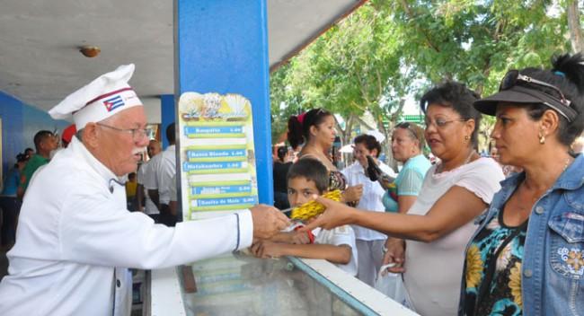 Eliberto Tomás en la esquina donde siempre vende sus productos./Foto: Rafael Martínez Arias