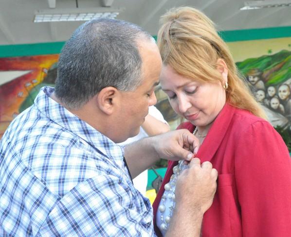 Federico Hernández, primer secretario del Partido Comunista de Cuba en Granma, impone la Medalla José Tey a Idalmis Bárzaga. Foto/Rafael Martínez Arias