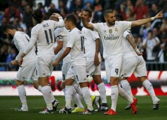 Benzema celebra uno de sus goles al Getafe