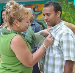 Carmen González impone una distincion a un educador destacado. Foto/Rafael Martínez Arias