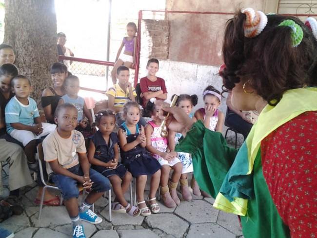 Los niños disfrutaron con las ocurrencias y juegos de la payasa Panetela.