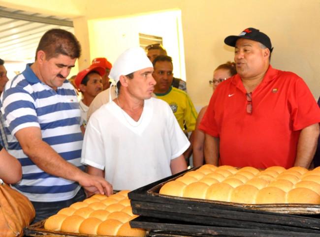 Federico Hernández, a la izquierda, y Manuel Santiago Sobrino Martínez, en la extrema izquiera, en la panadería estrenada en La Nenita. Foto/ rafael Martínez Arias