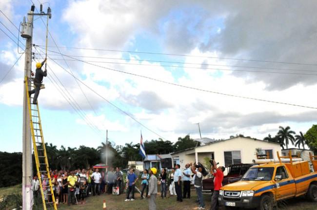 La electrificación de las zonas rurales de Monterito, en Niquero, y El Congrí, en Media Luna, beneficia a unos 86 hogares./ Foto Rafael Martínez Arias