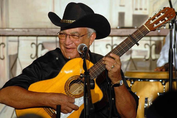 Graba Eliades Ochoa disco con trovadoras de Santiago de Cuba