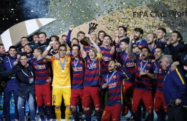 Los jugadores del Barcelona levantan su título en Tokio
