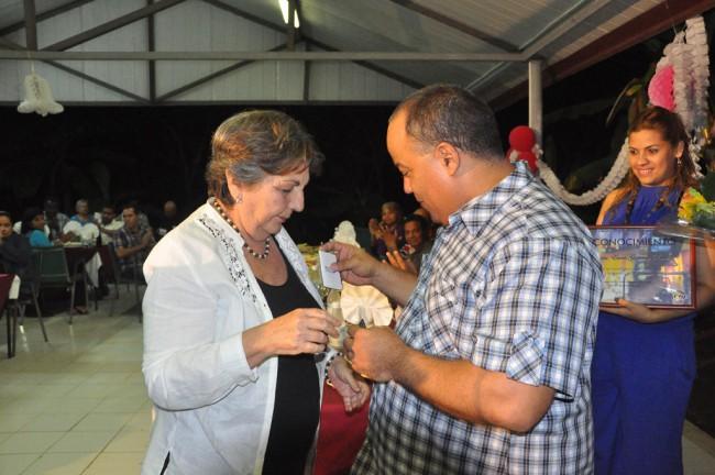 Federico Hernández, primer secretario del PCC en Granma, condecora a Gloria Guerrero. Foto/Rafael Martínez Arias