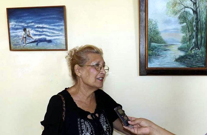 Exponen obras de artista manzanillera