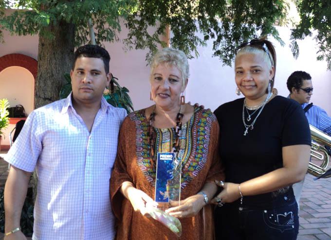 En el centro la actriz Raida Juana Alfonso Antúnez, merecedora del Premio provincial de Artes Escénicas 2015 por la obra de toda una vida
