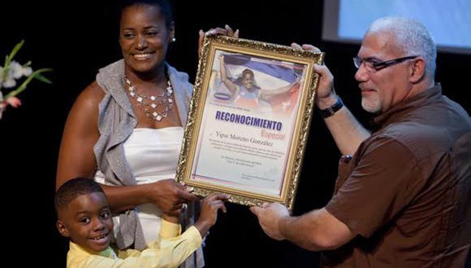 Recibe el reconocimiento del Doctor en Ciencias Eduardo Becali Garrido, Presidente del Inder / FOTO Internet