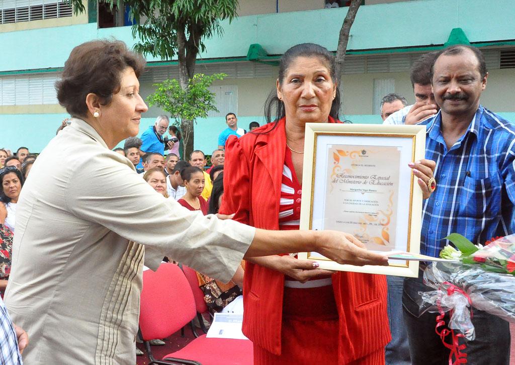 Ministra de Educación de Cuba entrega reconocimiento a educadora de Granma