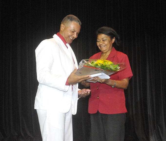 De izquierda a derecha, Jorge Valentín Ray Ramírez, director del Dimitrov, recibe reconocimiento de Iris Betancourt Téllez, delegada del Citma en Granma. /FOTO Luis Carlos Palacios