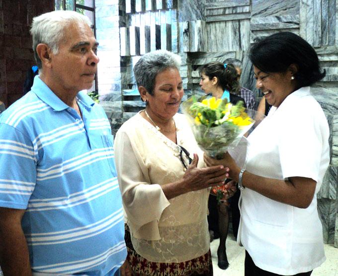 Iris Betancourt, delegada del Citma en Granma, entrega reconcomiento a la doctora Pastora Verdecia Pompa. Foto/Orlando Fombellida Claro