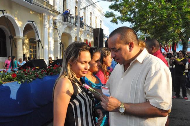 Jóvenes bayameses reciben el carné de la UJC /FOTO Rafael Martínez Arias