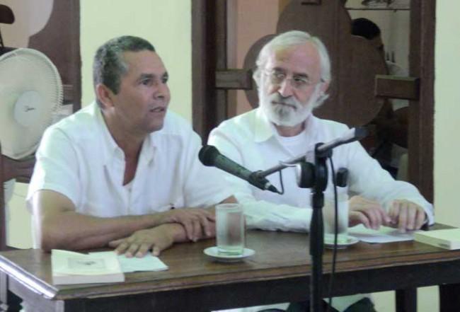 Aldo Daniel a la izquierda junto al autor José Luis Doménech. Foto Zeide Balada