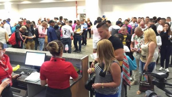 Migrantes cubanos parten a El Salvador desde Costa Rica