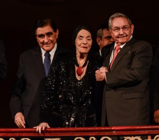 El presidente cubano Raúl Castro junto a la Prima Ballerina Absoluta Alicia Alonso /Foto Marcelino Vázquez Hernández/ ACN