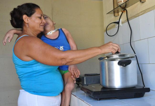 Cinco mil familias granmenses recibieron un módulo de cocina de inducción a través de los programas de la Asistencia social/ Foto Rafael Martínez Arias