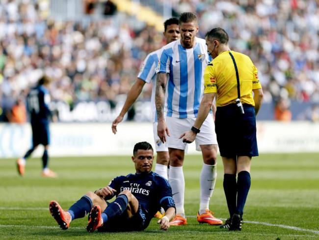 Cristiano se queja de un golpe en el partido ante el Málaga. FOTO/ EFE