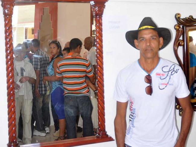 Lewis Ramírez Moreno junto a su obra, primer premio en el Salón 25 Aniversario de la Acaa/ FOTO: Luis Carlos Palacios
