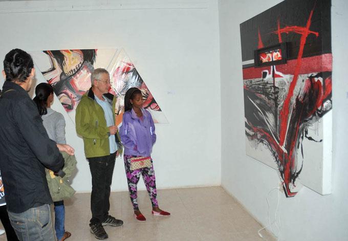 Expone en Bayamo representante del expresionismo abstracto