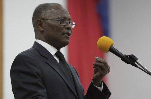 Presidente interino asume con promesa de terminar la crisis