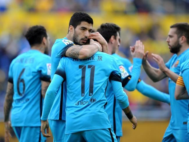 Luis Suárez se abraza a Neymar, en el partido ante Las Palmas. FOTO/ Denis Doyle