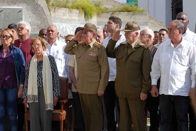 Presidió Raúl honores militares en funerales de Pedro Miret