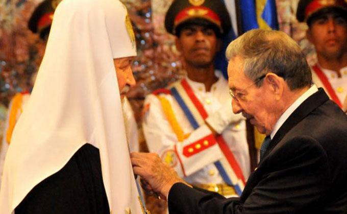 Raúl impuso la Orden José Martí al Patriarca Kirill