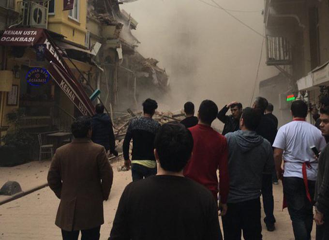 Turquía: Se derrumba un edificio de cinco plantas en Estambul