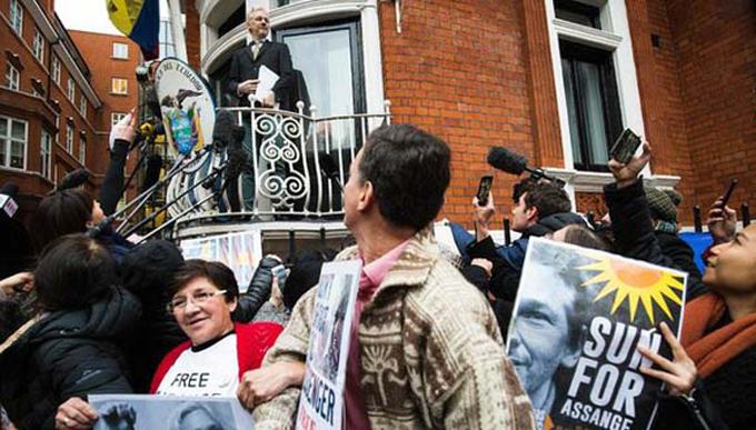 Assange salió al balcón de la embajada ecuatoriana de Londres a celebrar su victoria
