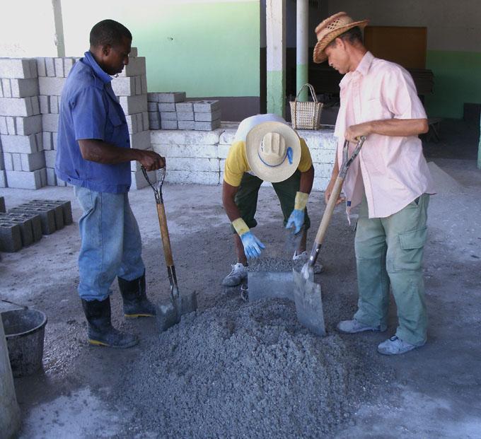 Fabricación manual de bloques de hormigón, en Buey Arriba.Foto/ Orlando Fombellida