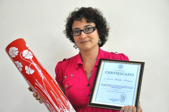 Entregan reconocimiento a  periodista de La Demajagua