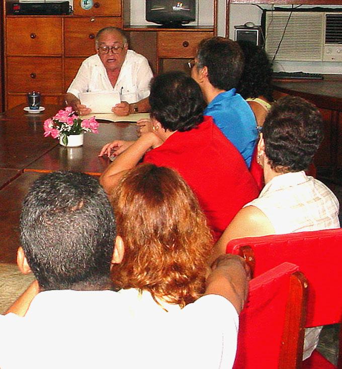 El decano de los arquitectos en Granma, Miguel Bermúdez Oliver, dicta una conferencia sobre Julio Antonio Hecheverría FOTO/Ismael González González