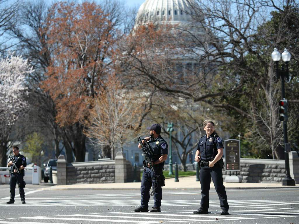 Un hombre armado es abatido en el Capitolio de EE.UU. y siembra el caos