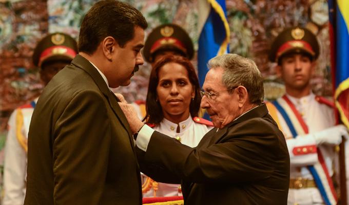 CUBA-LA HABANA-RAUL CASTRO CONDECORA A NICOLAS MADURO-ORDEN JOSE