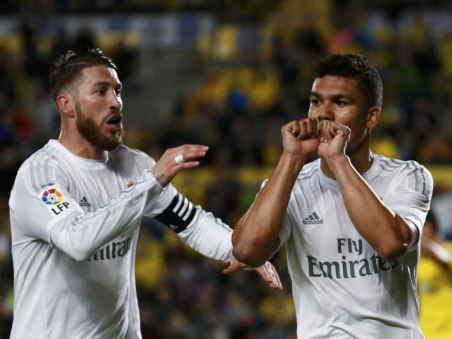 Ramos celebra con Casemiro el segundo gol del Madrid. FOTOS/ REUTERS