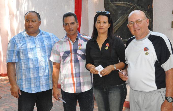 Periodistas merecedores de la distinción Félix Elmuza, junto a Federico Hernández Hernández, primer secretario del Partido Comunista de Cuba en Granma/ Foto Rafael Martínez Arias
