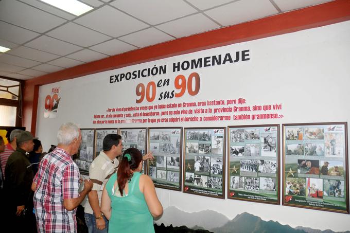 Develan muestra fotográfica dedicada a Fidel Castro en Granma