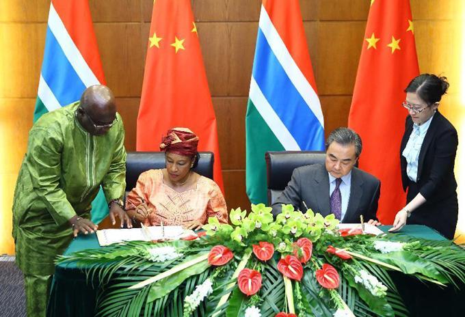 ministro de Relaciones Exteriores chino, Wang Yi, y su homóloga de Gambia, Neneh MacDouall-Gaye