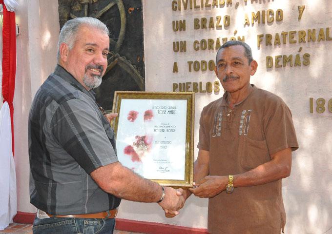 Abel Guerrero Castro recibe el reconocimiento Honrar honra/ Foto Rafael Martínez Arias