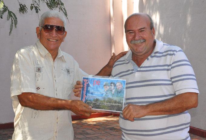 El reportero Jorge Luis Batista recibió el reconocimiento de mejor trabajador de Radio Reloj/ Foto Rafael Martínez Arias