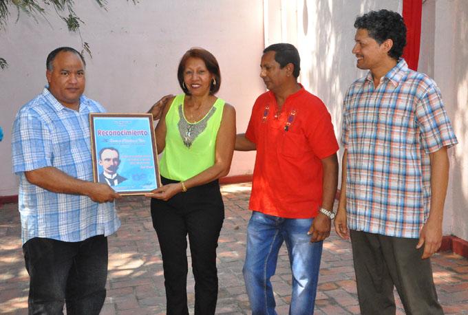 Miembros del ejecutivo provincial de la Upec recibieron el reconocimiento del Buró del Partido Comunista de Cuba y otras organizaciones e instituciones de Granma/ Foto Rafael Martínez Arias