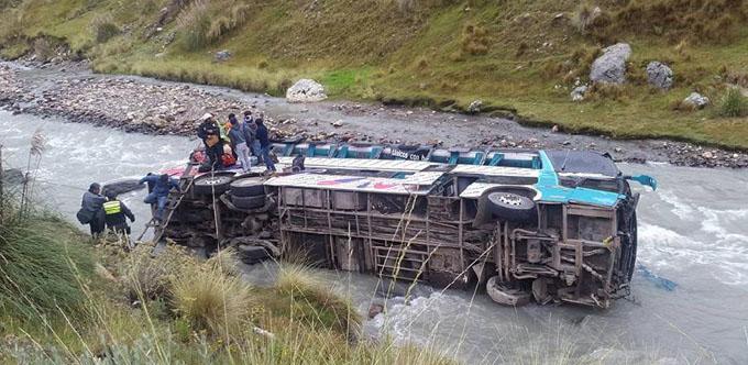 Sube a 40 cifra de muertos por accidente de autobús en Perú