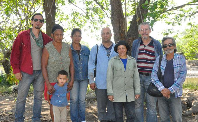 Equipo de investigadores , junto a María del Carmen Aldana (segunda mujer de izquierda a derecha), propietaria del área donde se encuentra el principal montículo del sitio./Foto Rafael Martínez Arias