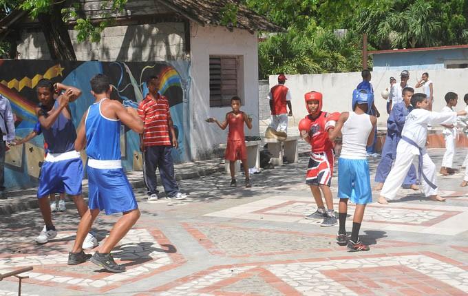 Variadas propuestas amenizaron el gimnasio de Educación Física y sus alrededores en la cabecera municipal / Foto Luis Carlos Palacios Leyva