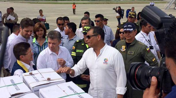 Correa recibe a Santos de visita en Ecuador con ayuda por sismo