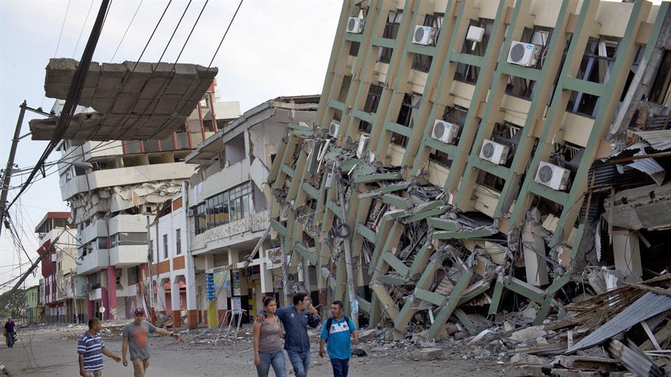A 525 asciende la cifra de muertos por sismo en Ecuador